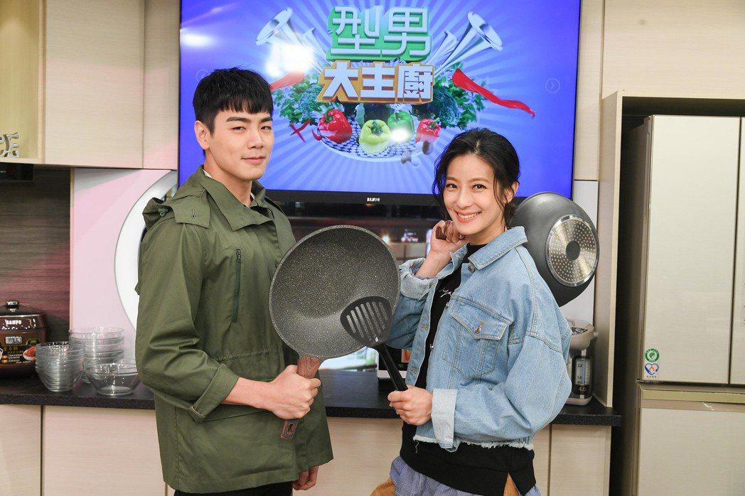 賴雅妍(右)和禾浩辰比拼廚藝。圖/三立提供
