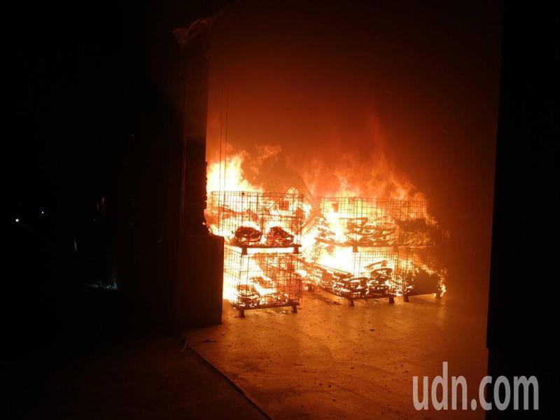 台南市安南工業區倉庫內椅子的半成品竄出火苗,火勢很快被撲滅。記者邵心杰/翻攝