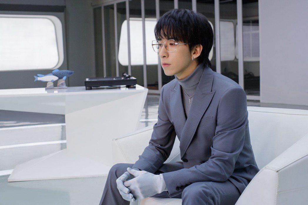 唐漢霄在MV中飾演科學家的助手。圖/華納音樂提供
