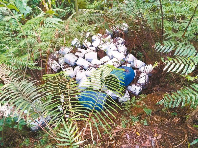 翡翠水庫集水區去年九月遭棄置100多桶廢液。 圖/環保署提供