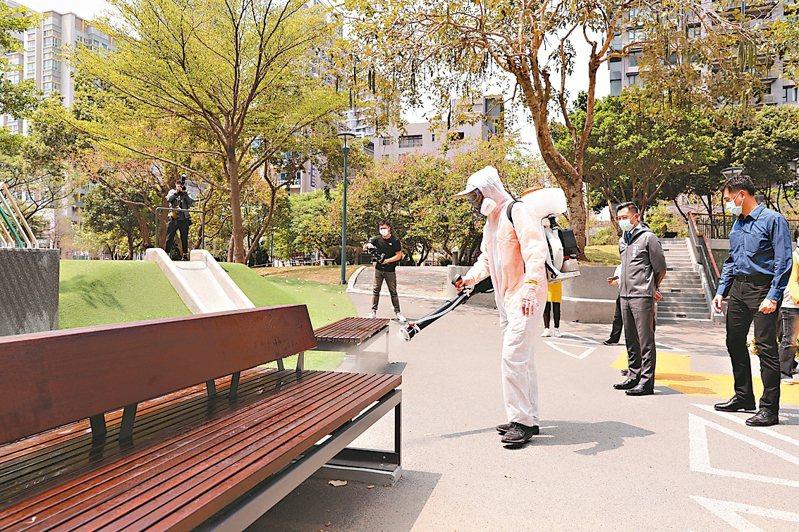 新竹市政府昨成立防疫消毒大隊,預計2周內完成137處公共場所消毒。 圖/ 竹市府提供