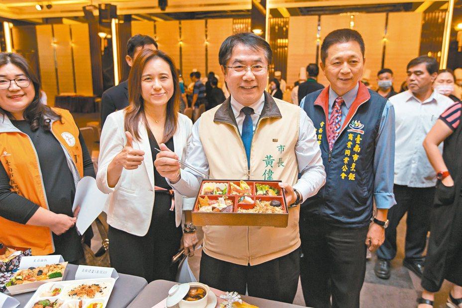 台南市長黃偉哲(中)邀集餐廳共同宣布「安心宣言」,推出「養生安心餐」,做到「防疫安心、服務貼心、味道甜心」三心一體。 圖/台南市觀光旅遊局提供