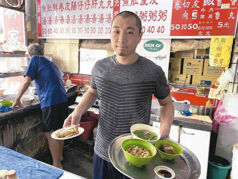 綽號「阿雞」的林泰佑白天賣肉燥飯,下班後轉換成台語饒舌歌手的身分,四處找靈感寫歌,堅持創作。 記者鄭維真/攝影