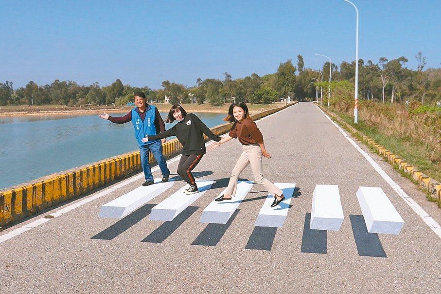 金門金湖鎮最近出現熱門景點「飄浮斑馬線」,不少人到場拍照打卡。 記者蔡家蓁/攝影