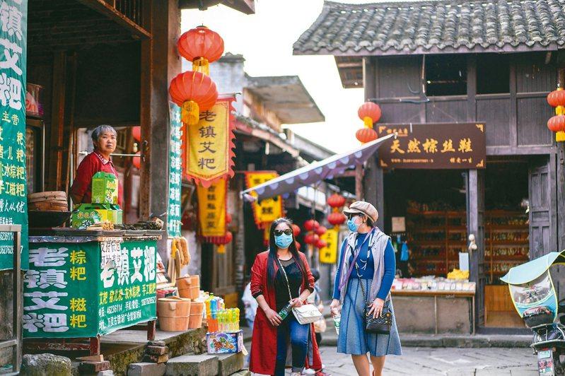 重慶榮昌區萬靈古鎮有序恢復開放。古鎮美麗的景色和濃郁的移民文化吸引遊客前往遊覽。 新華社