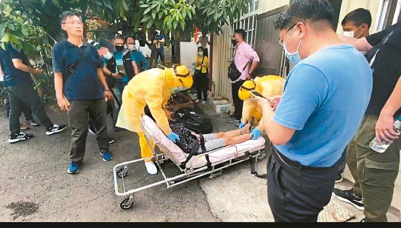 逃跑的越南偷渡客阮文二,被送上救護車送醫。 圖/海巡署提供