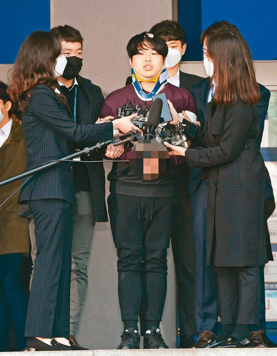 南韓「N號房」案主嫌趙周彬廿五日在首爾警局門口露面,向受害者公開道歉。 (歐新社)