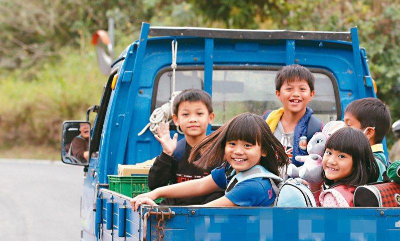 台東縣鸞山村缺乏大眾運輸,長期利用發財車當「娃娃車」,今年二月交通部推動共乘才解決,但仍是偏鄉常態。 圖/聯合報系資料照片