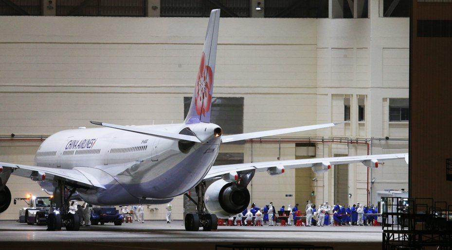 蔡政府指定兩架次上海飛桃園的航班,接回滯留湖北的國人,圖為本月11日第二班載運武漢台胞的華航包機回台。 圖/本報系資料照片