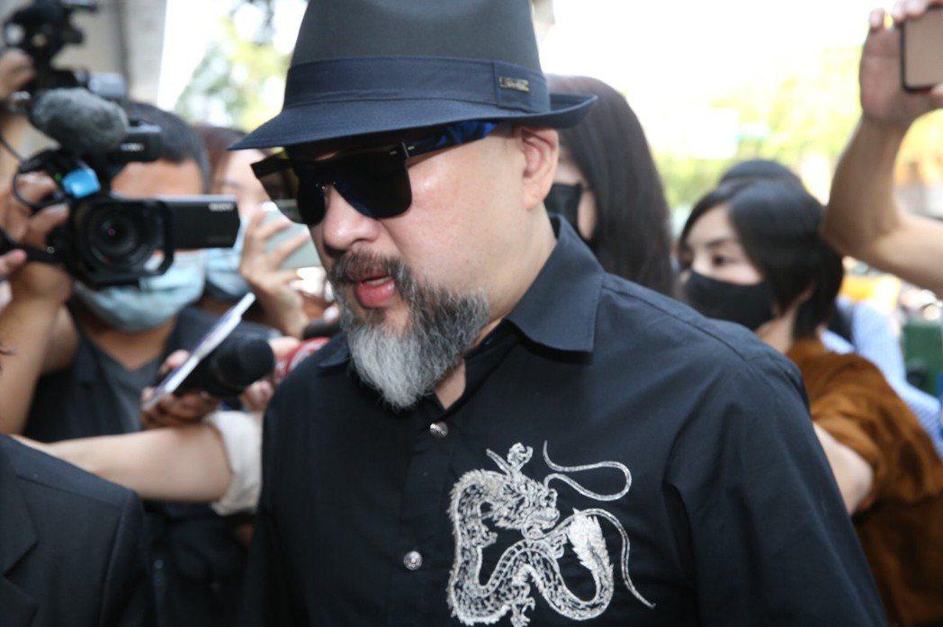 辛龍一早就到達靈堂,被媒體團團包圍。 記者林俊良/攝影