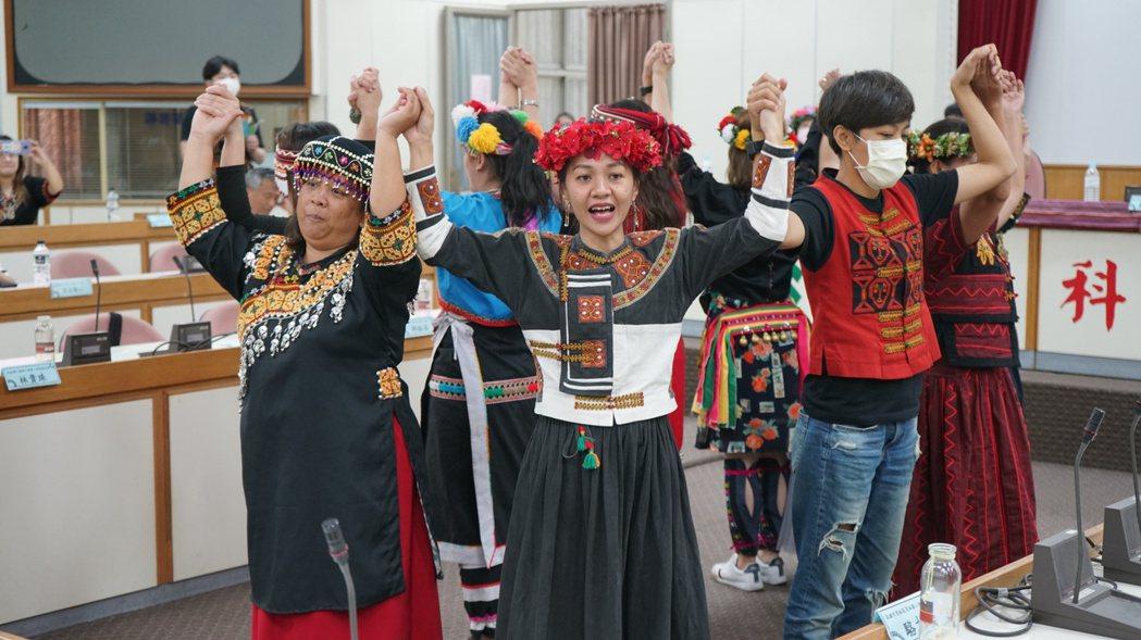 族語教保員帶來歌舞表演。 洪紹晏/翻攝
