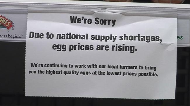 蛋價近來一路飆漲。圖為超市為雞蛋漲價而道歉的告示。(WWLP電視台截圖)
