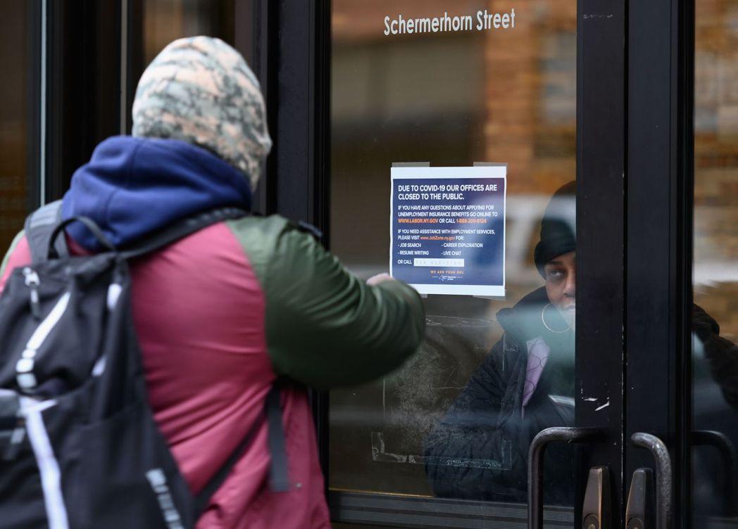 美國上周首度申領失業救濟金人數暴增至328.3萬人,創下歷史新高,主因企業停工及...