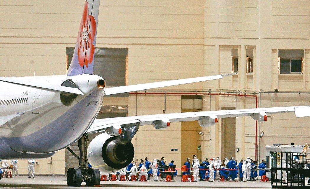 海基會表示,已洽請華航指定兩架次上海飛桃園的航班,讓前階段因封城而滯留湖北的台灣...