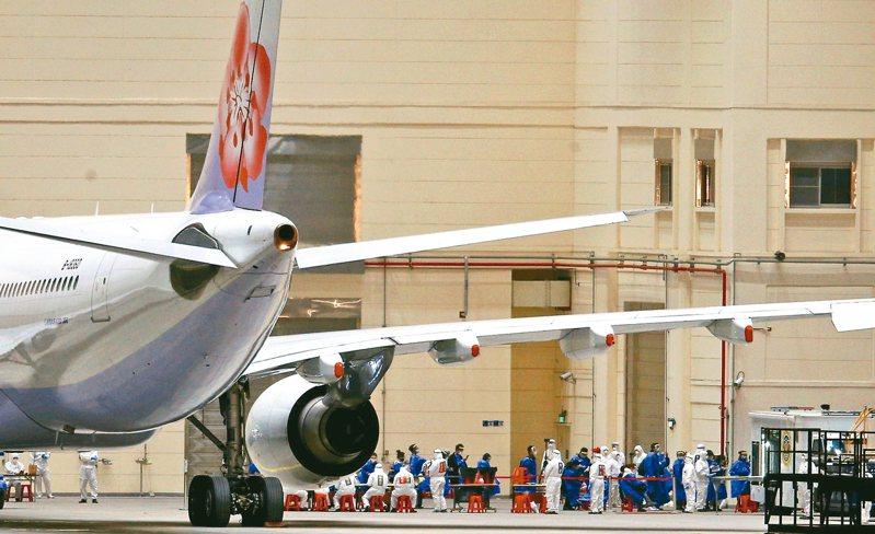 海基會表示,已洽請華航指定兩架次上海飛桃園的航班,讓前階段因封城而滯留湖北的台灣人搭乘返家。圖為日前第二班載運武漢台胞的專機。 圖/聯合報系資料照片