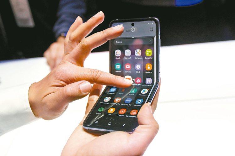 據傳,蘋果申請專利獲准,繼三星、華為之後也將開發新型的摺疊式iPhone機型或i...