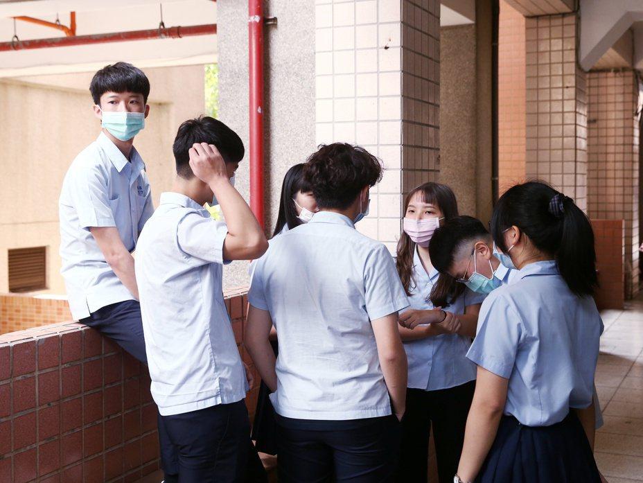 多個學生團體近日啟動連署,呼籲落實服儀解禁,避免學校「繞道處罰」。示意圖,非相關當事學校。本報資料照片/記者曾原信攝影