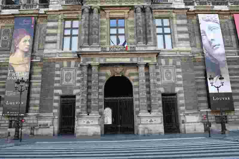 法國新冠肺炎疫情更加嚴峻,管制措施持續昇級,民眾日常出行受到更嚴格的限制。圖為關閉狀態的羅浮宮。 中新社