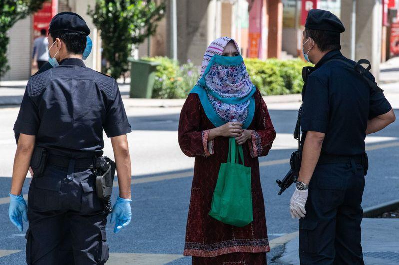馬來西亞國家皇宮發表聲明,證實7名皇宮職員感染新冠肺炎,國家元首蘇丹阿布都拉伉儷接受檢測結果呈陰性,但為安全起見,從昨天起已接受自我隔離14天。 法新社