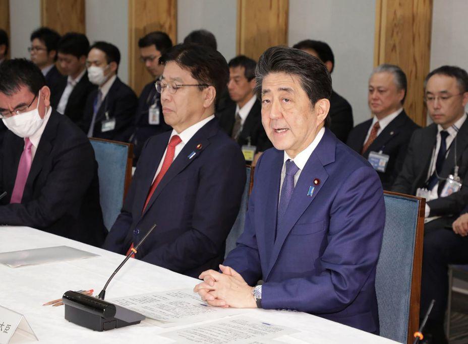新冠肺炎在全球肆虐,東京確診新冠肺炎的人數暴增,日本官民危機感增加。日本政府根據新法成立的對策本部今天首度開會,首相安倍晉三表示,面對堪稱國難的事態,全國要團結。 法新社
