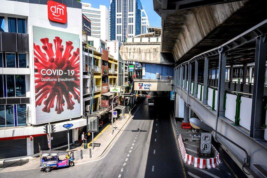 本該車水馬龍的曼谷街頭,因新冠肺炎疫情嚴峻,幾乎無人上街、十分冷清。 法新社