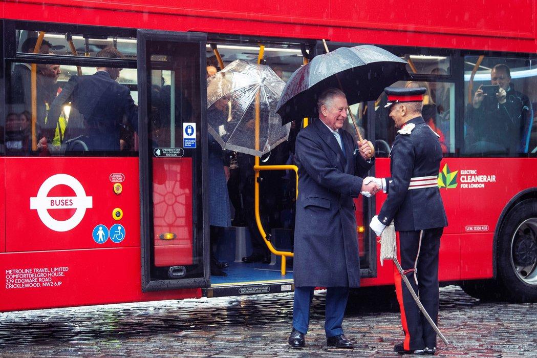 英國目前的防疫政策對於「疑似病例的篩檢條件」依舊十分限縮而嚴格,查爾斯王子就算身...