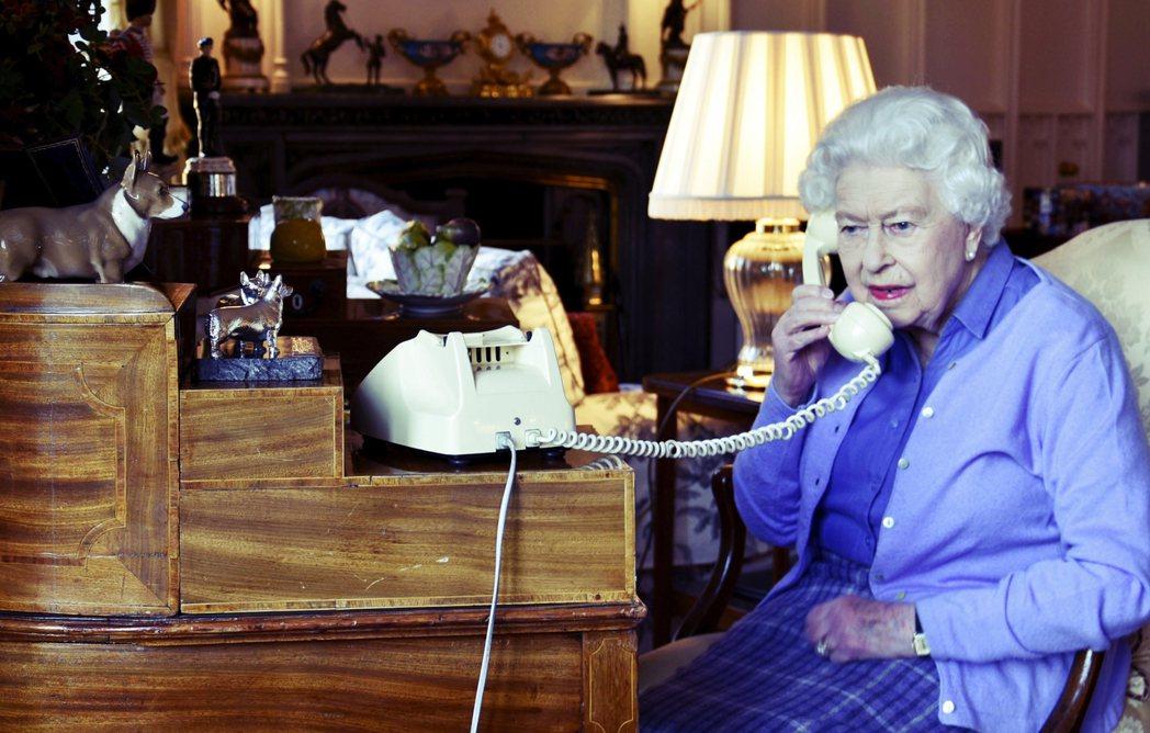 25日,人正在溫莎城堡的英國女王與強生通話。 圖/美聯社
