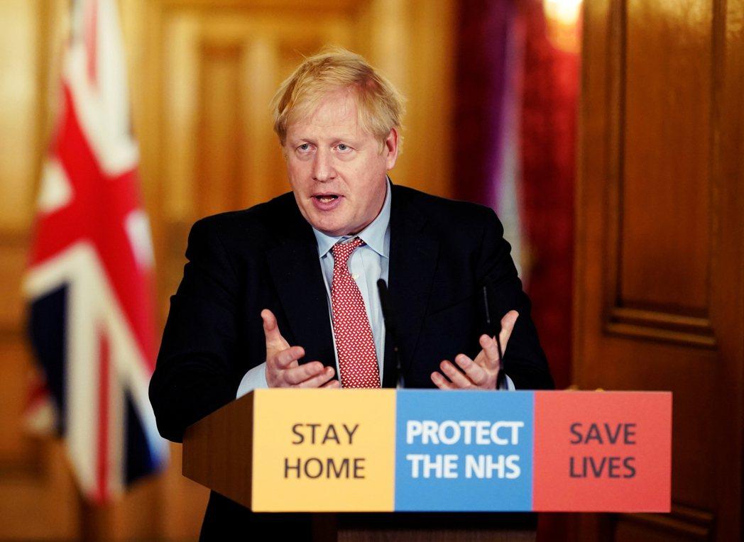同一時刻,英國首相強生(Boris Johnson)與英格蘭公共衛生部,在幾個小...