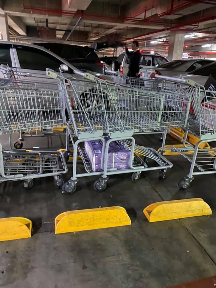 有人好不容易買到珍貴物資衛生紙,卻忘記帶回家,迷糊行徑笑翻一票網友。圖擷自facebook