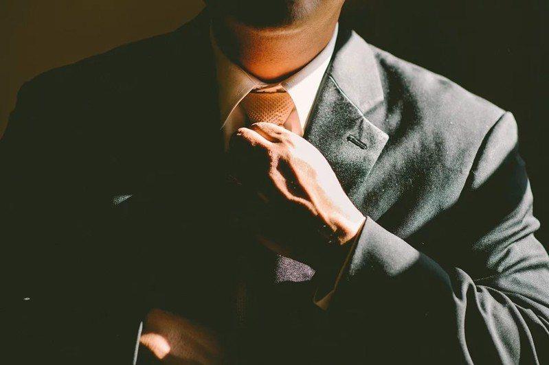 一名網友好奇「男性噴香水有加分嗎?」,貼文引發眾人熱議。 圖/pixabay