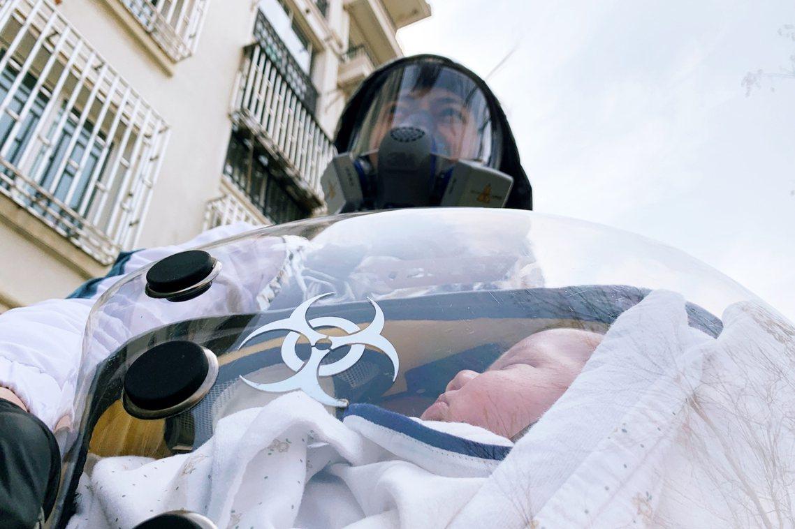 圖為一名上海的父親,親手為自己襁褓中的孩子所打造的「安全艙」,內建抽風機和空氣監...