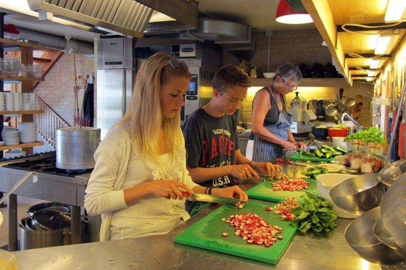 丹麥楚德之林(Trudeslund)設有「社區共有房屋」,居民會在此舉辦活動,一起煮飯、用餐。 圖/取自Trudeslund