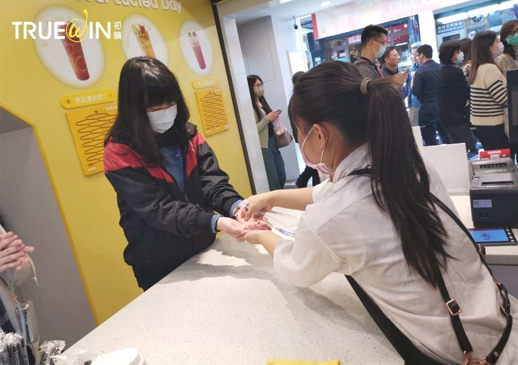 防疫滴水不漏,店員協助顧客進行雙手消毒。圖/業者提供