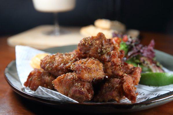 奶油香蕉培根吐司、沙嗲雞肉串!綠洲餐酒館新增9款解憂料理