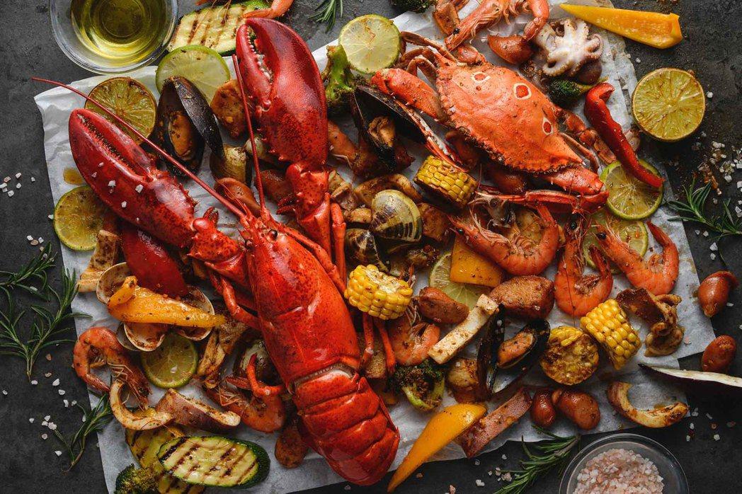 高雄國賓自助餐二人同行,波士頓龍蝦海鮮桶免費送。 高雄國賓飯店/提供