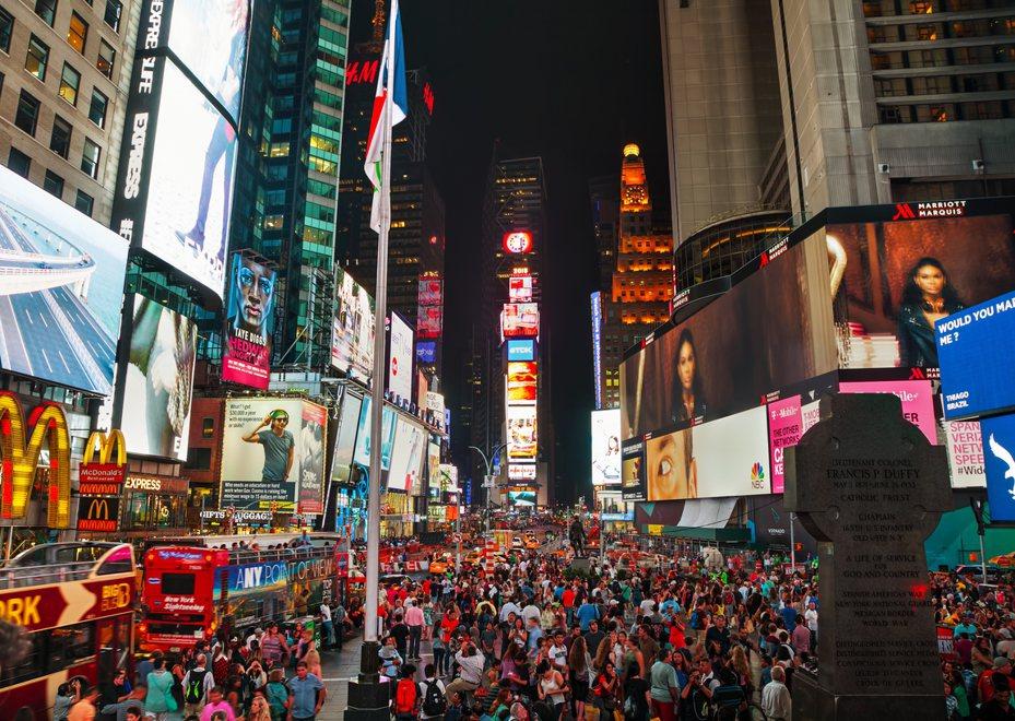 以往紐約時代廣場人潮總是絡繹不絕。圖/ingimage