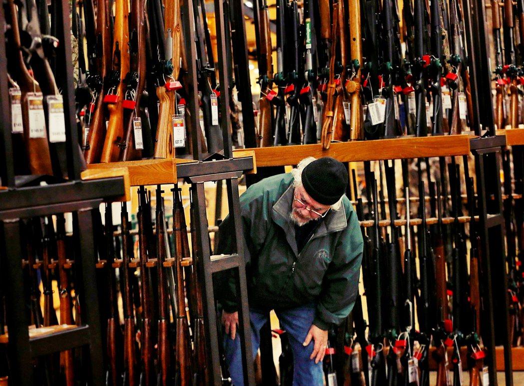 全美掀起的搶槍潮,雖然是一種「合理的集體恐懼」,但過度的合理化恐慌情緒,而無法提...