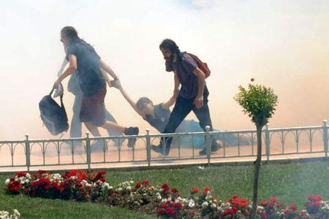 在蓋齊公園抗爭中,於催淚彈煙霧中,被拖走的示威者。 圖/法新社