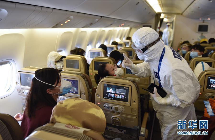 大陸正積極防堵境外疫情輸入,圖為北京首都國際機場海關人員,早前對來自境外的航班,直接登機進行檢疫工作。(新華網)