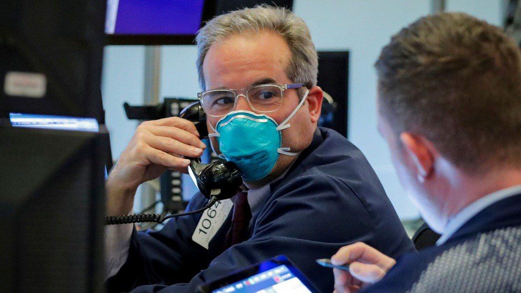 美股三大指數26日盤中大漲逾4%,道瓊工業指數漲逾1,100點。 (路透)