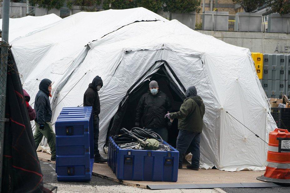 紐約市有工人正在搭建據信將用做臨時太平間的帳篷。法新社