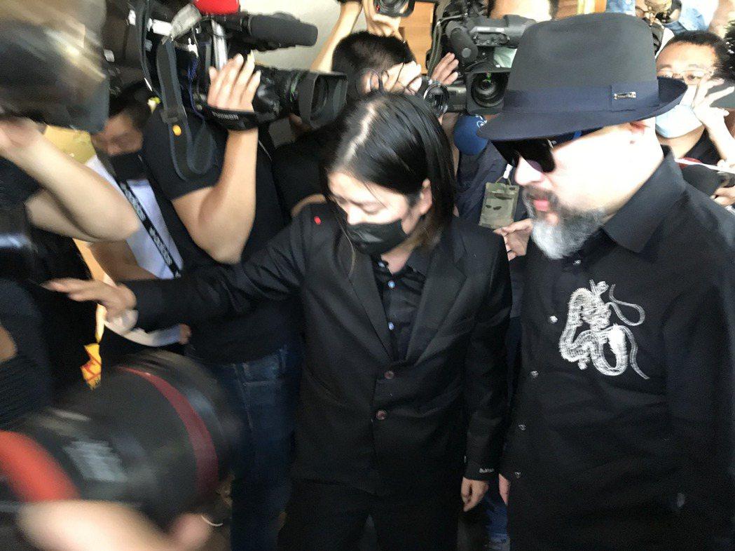 辛龍一早就到達靈堂,被媒體團團包圍。記者葉君遠攝影
