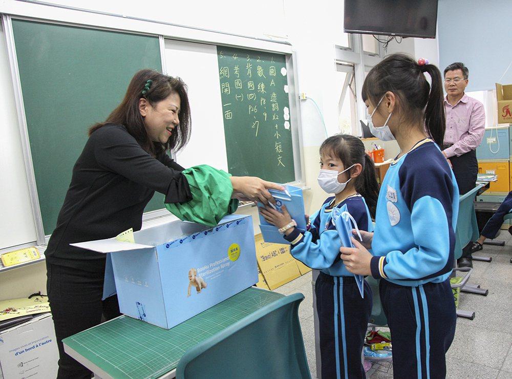 台中市義愛文化培育協會捐贈120多萬元「寶護專業級除菌產品」給援助的學校師生防疫...