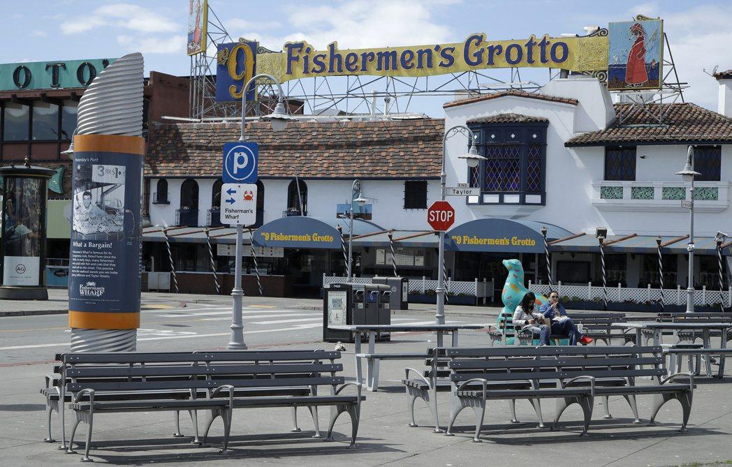 上周末的舊金山漁人碼頭,商店關閉,街上已經幾乎沒人。 美聯社