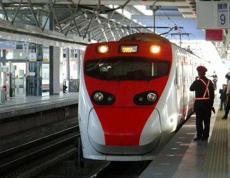 為避免民眾群聚,台鐵清明節疏運的4月1日到6日暫停發售對號座列車的站票。本報資料...