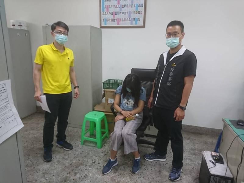 台南市外事巡官查獲逃逸外籍女看護工,員警和女看護工都戴口罩防疫。記者黃宣翰/翻攝