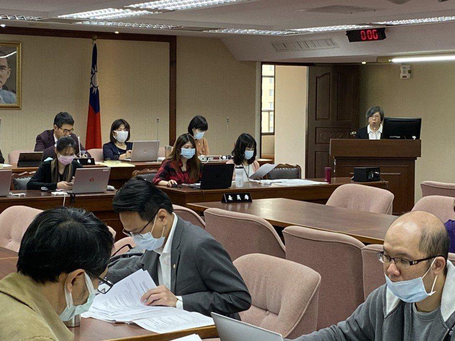 衛福部政務次長蘇麗瓊表示,高中以下與大專畢業典禮是否取消,得再與指揮中心討論後確認。記者簡浩正/攝影