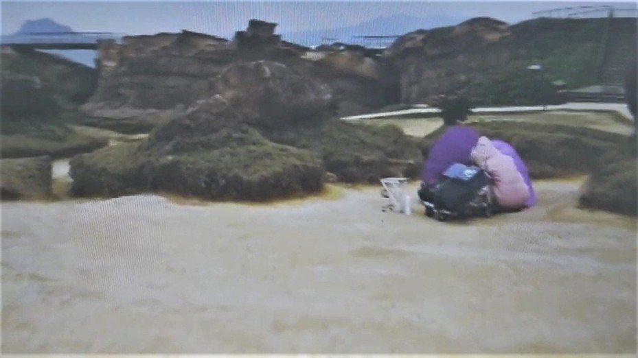 野柳地質公園遊客少9成創新低,2外國女搭帳篷愜意。記者游明煌/翻攝