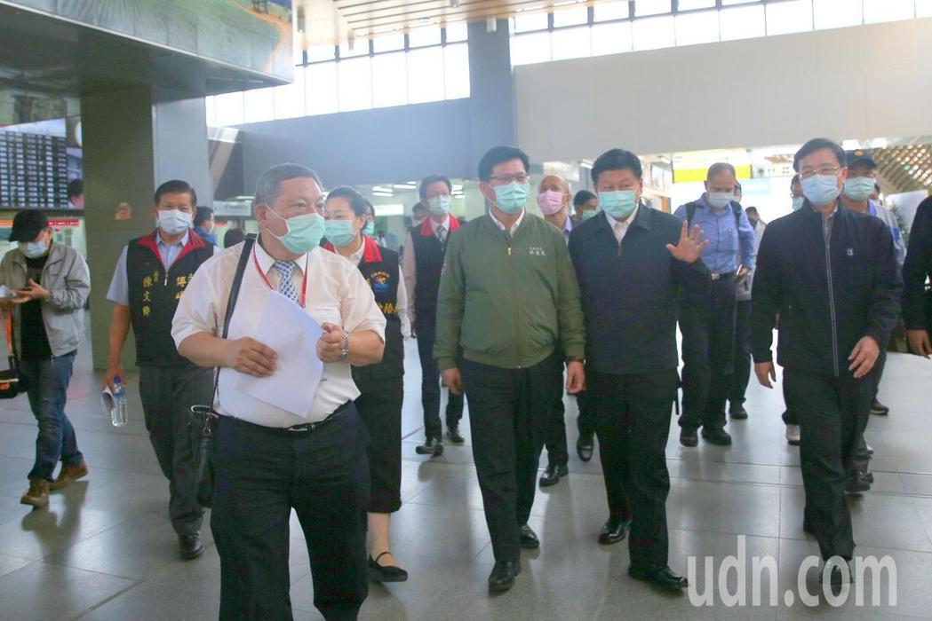 交通部長林佳龍(右3)今到花蓮視察,宣布試辦蘇花改提速。記者王燕華/攝影