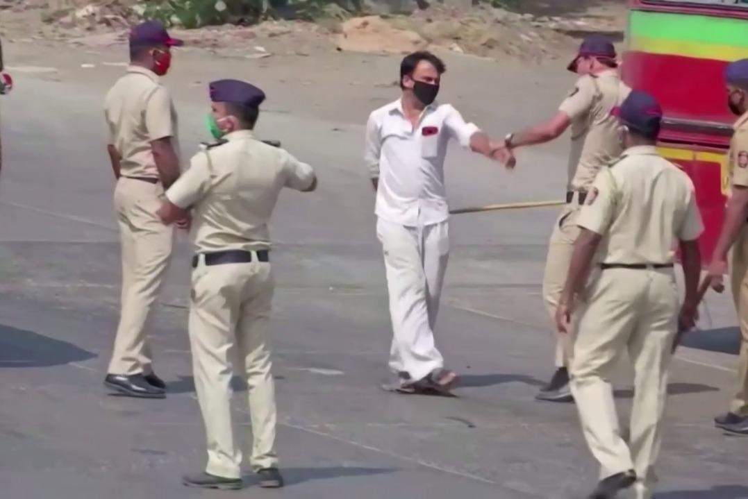 影/印度封城21天啟動 看員警如何教訓違規民眾